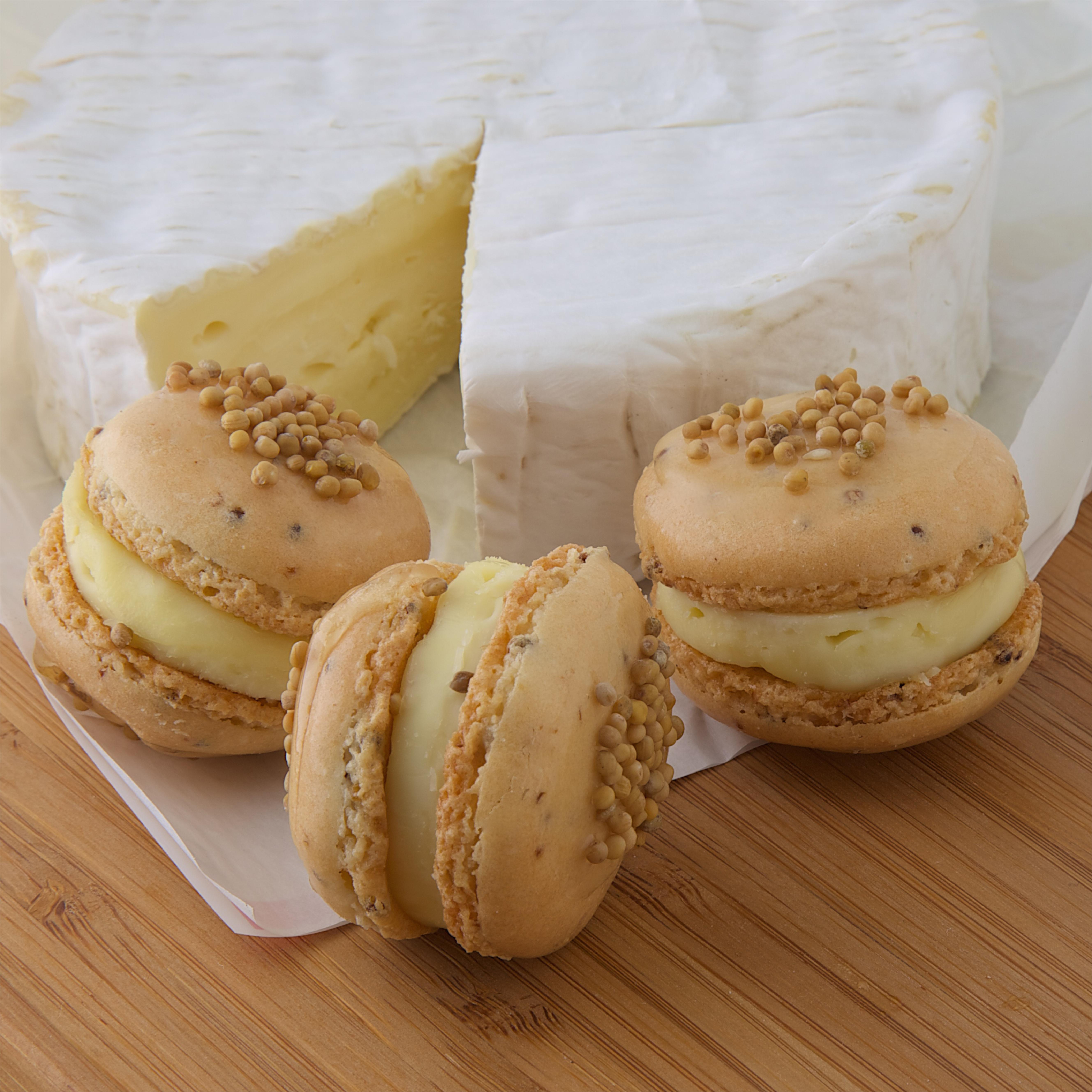 Macarons Camembert et graines de moutarde