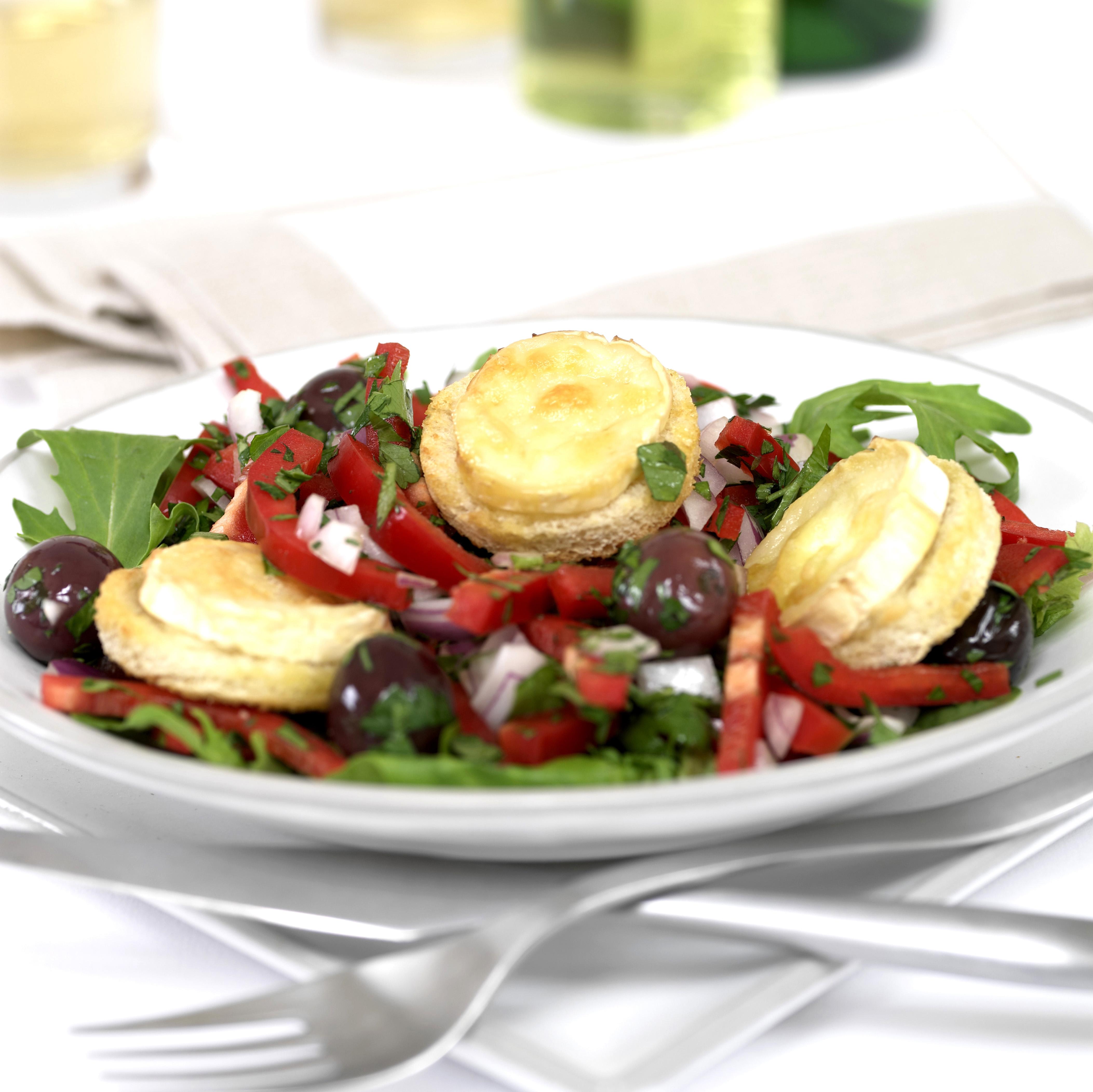 Salade de chèvre chaud, poivrons rouge et olives