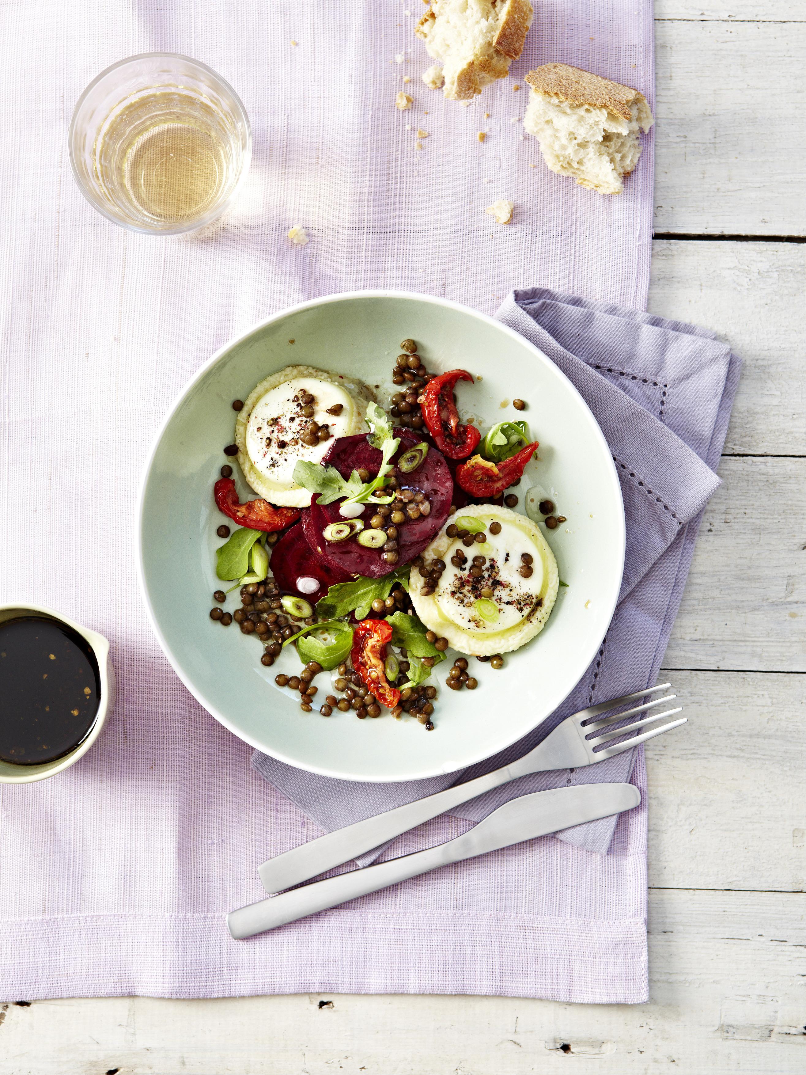 Salade de lentille, chèvre chaud, betterave et tomates