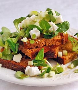 Salade de mâche et toasts de pain d'épices au chèvre