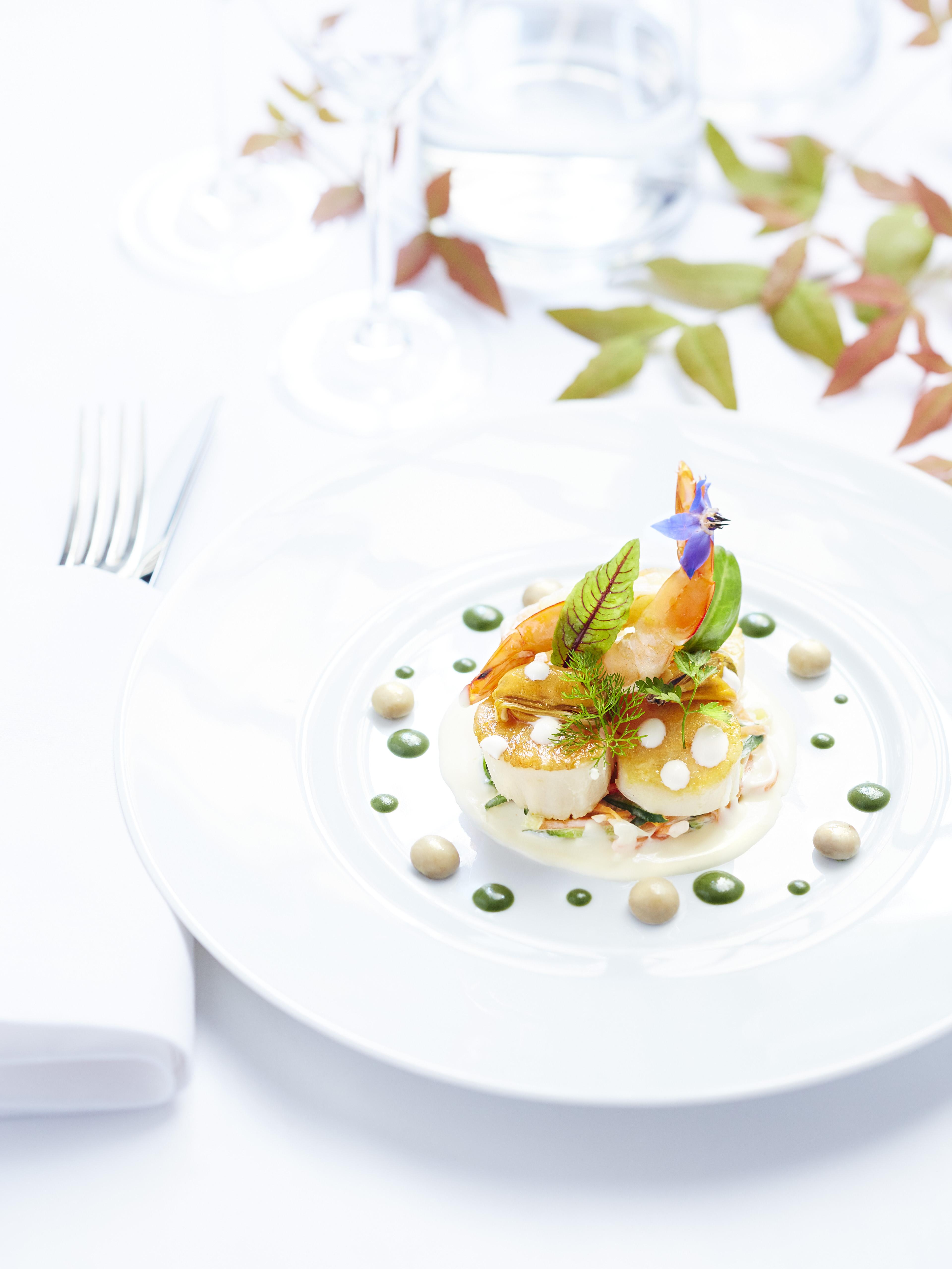 Saint-Jacques rôties, grosses crevettes, moules et champignons de Paris, sauce à la crème