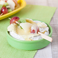 Camembert chaud et brochette de fruits frais