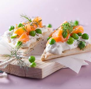 Tartine suédoise au saumon fumé, petit pois et chèvre